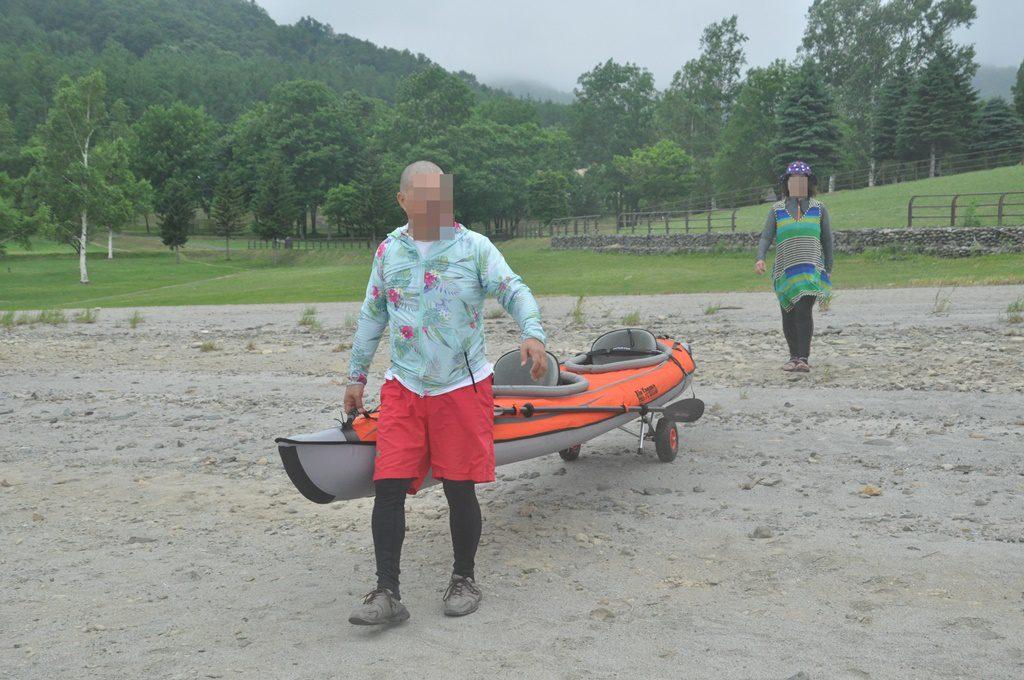 湖畔に運ぶ