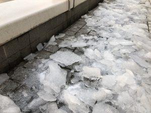 道には雪が解けずに凍っています。