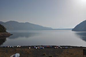 早朝の湖岸からの風景です
