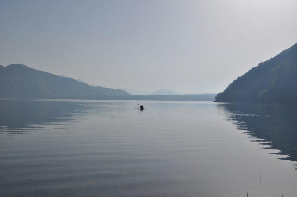 静かな湖面にカヤック