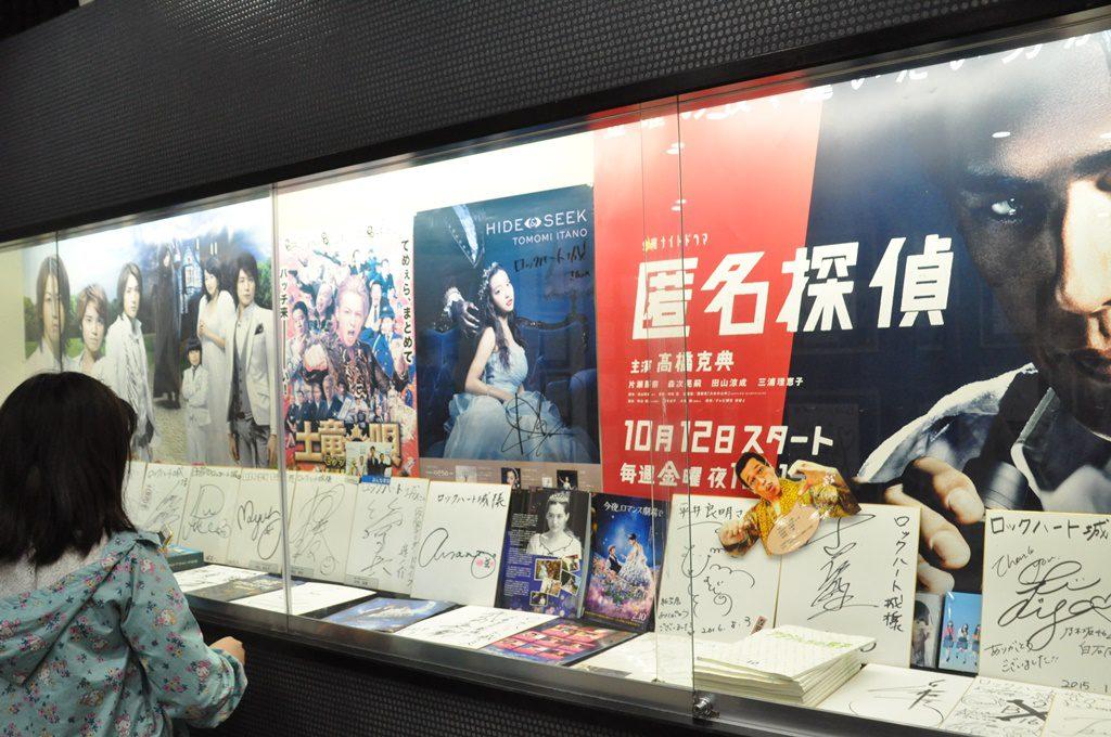 入口そばの建物には、ロケした、映画のポスターやキャストのサインなど。
