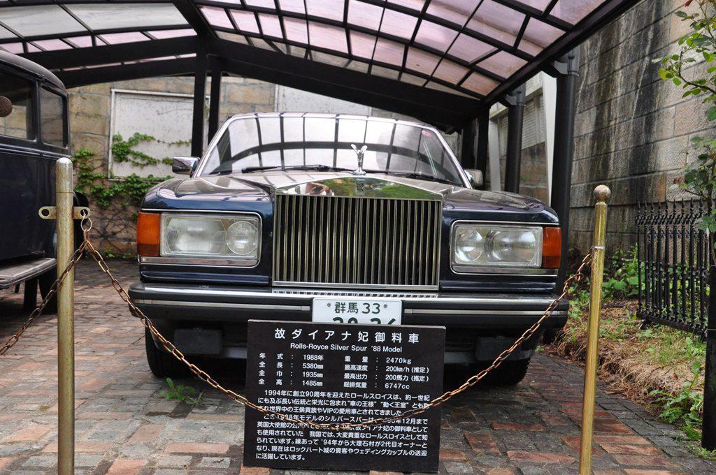 故ダイアナ妃の御料車です。ナンバーが付いているのはウェディングカップルの送迎用として使用しています。