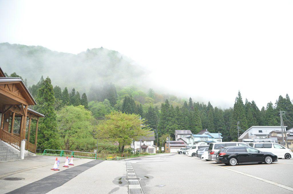 「街道の湯」前の駐車場です。