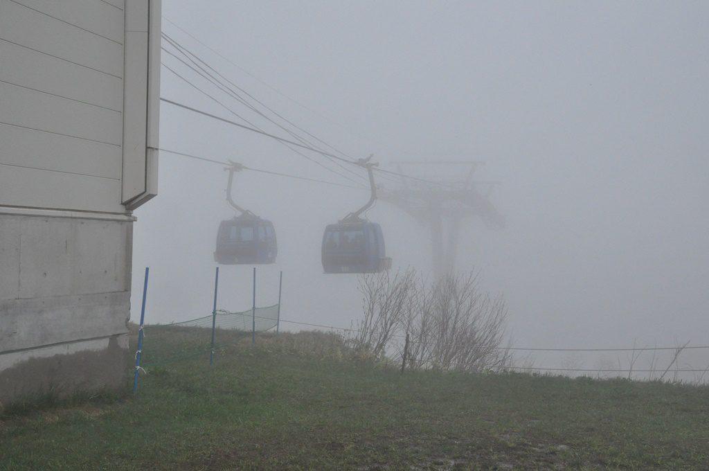 霧の中の山頂駅です。