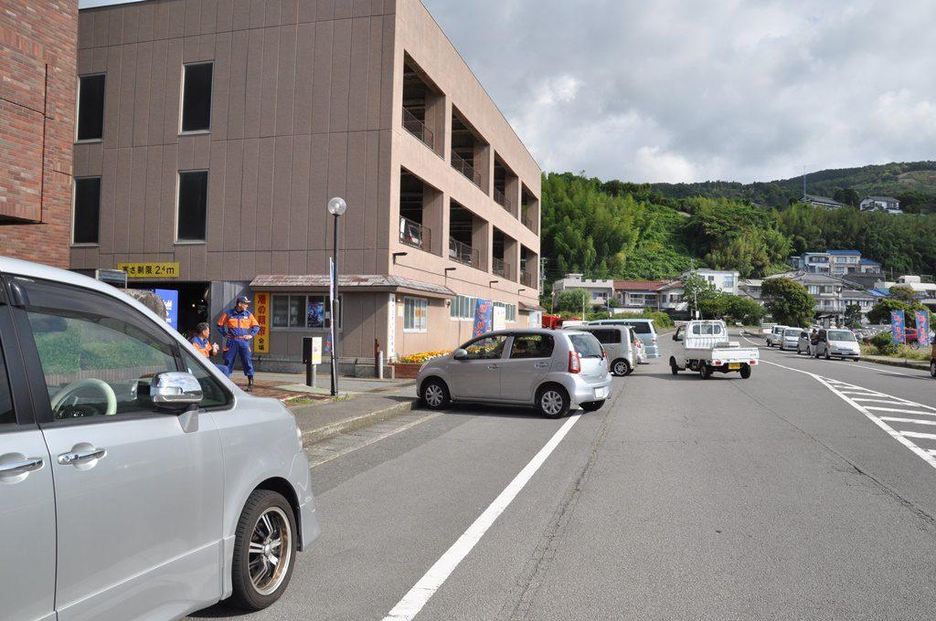 車は、東伊豆町役場前の道路片に止めました