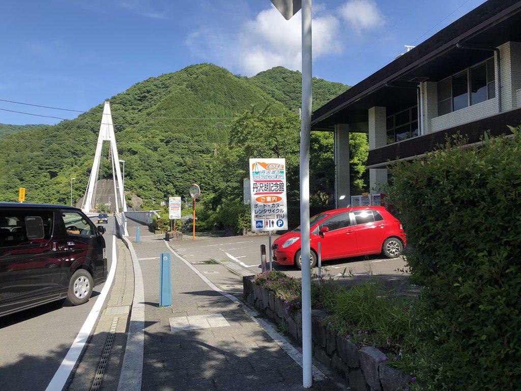 丹沢湖記念館の入り口の駐車場。