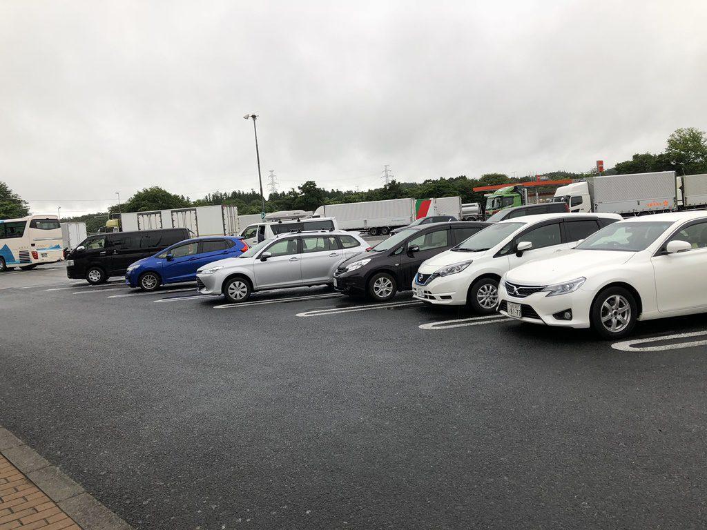 長者原SAの早朝の駐車場