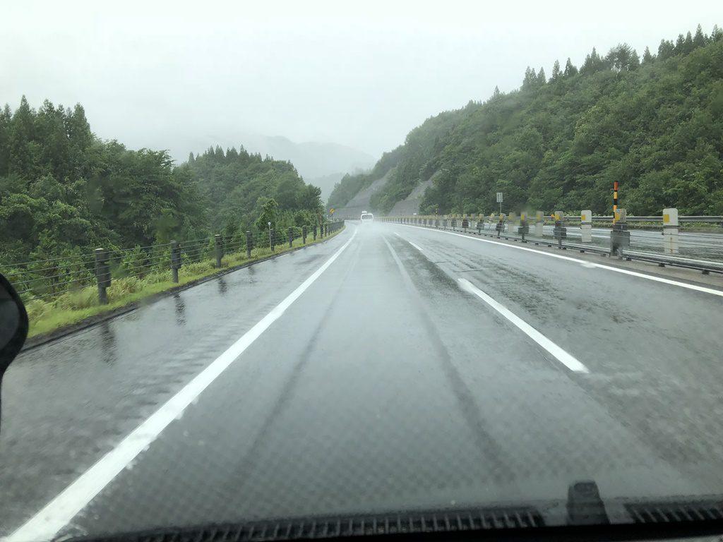 雨の中を前沢SAに向かって走ります。