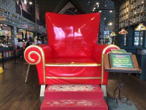 大きな、財運の椅子のオブジェです。