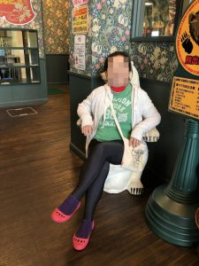 伝わりにくいですが、クマの椅子のオブジェです。