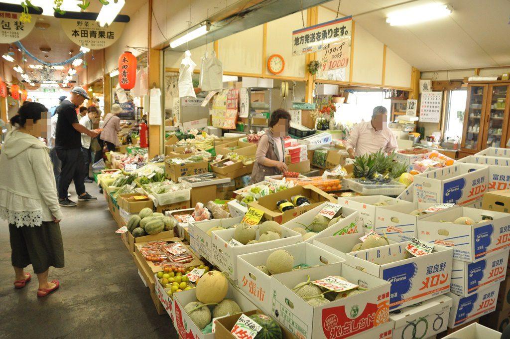 鮮魚だけでなく、野菜のお店もあります。