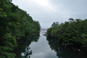 橋より支笏湖側を見ます。