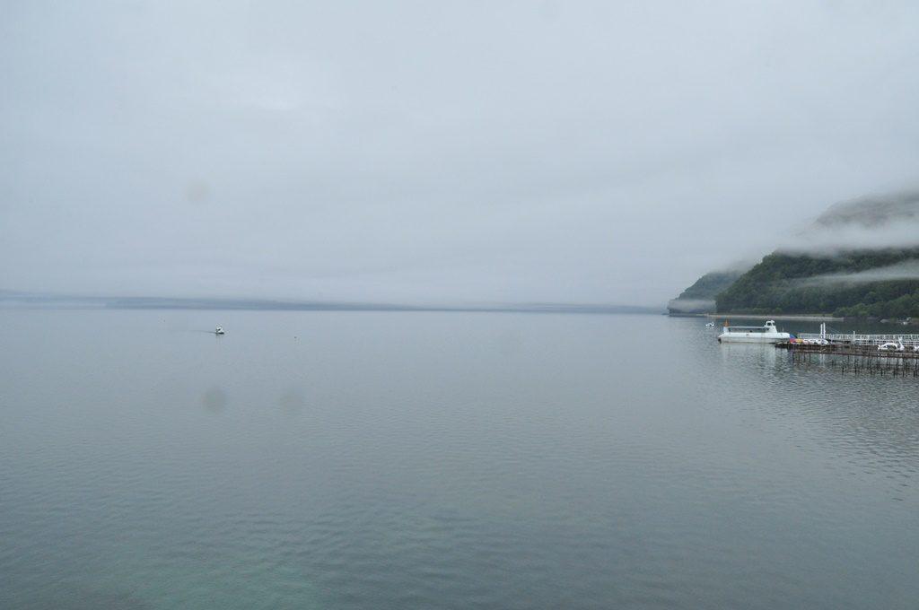 雄大な支笏湖の風景。