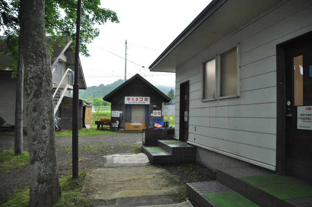 右側がトイレ棟、正面がゴミ置き場です。