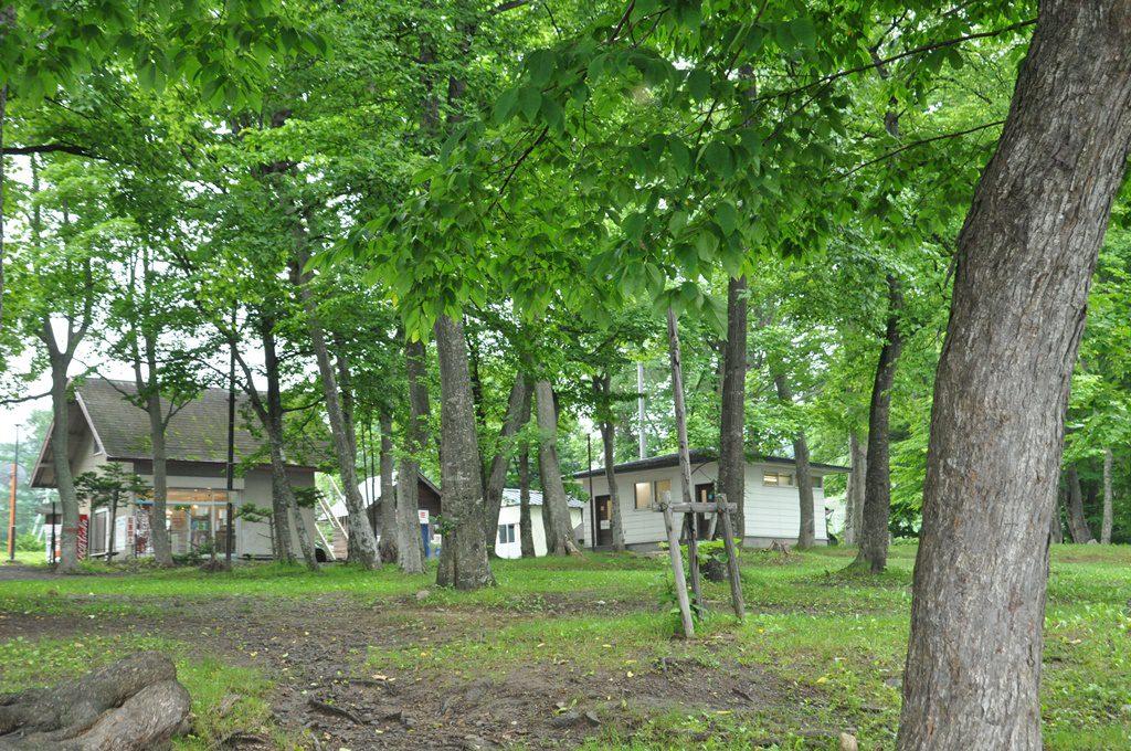 第一キャンプ場から見た売店(受付け)、トイレ、ゴミ置き場です。