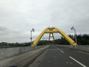 黄色のニセコ大橋です。