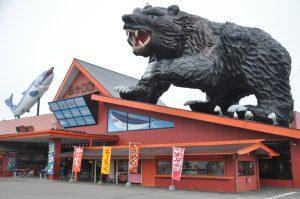 屋根に乗っている大きな木彫りの熊にビックリ!