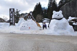 集落入口の雪のオブジェでパチリ。
