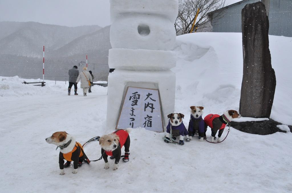 入口の雪灯篭の前で記念撮影