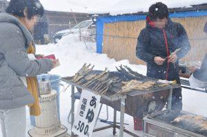 鮎も焼いて売っています。