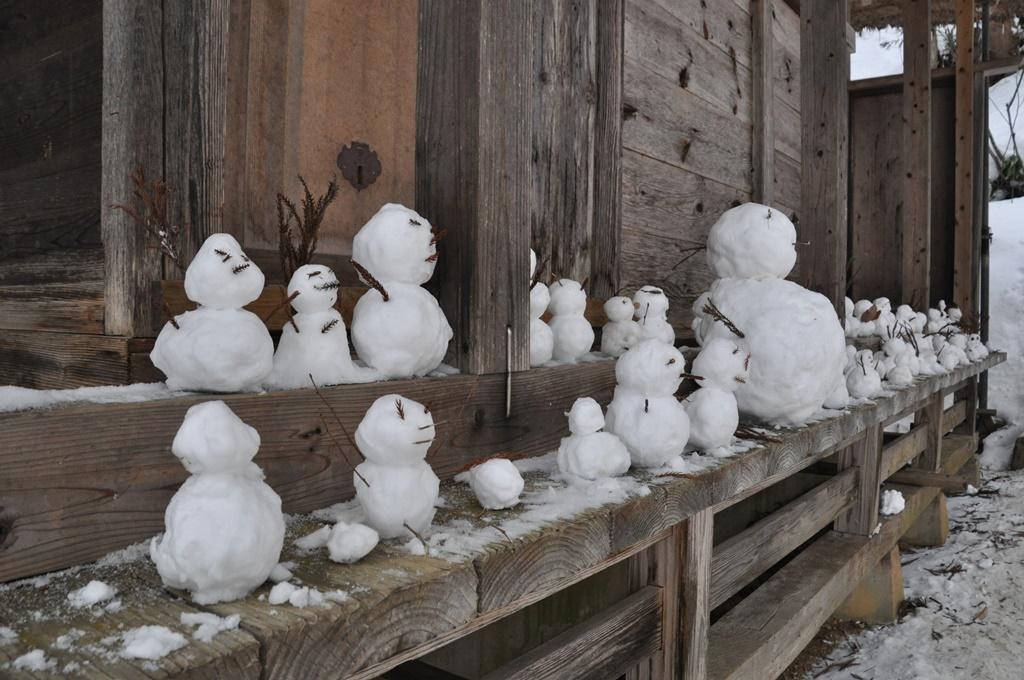 観音堂には子供たちが作った雪だるま
