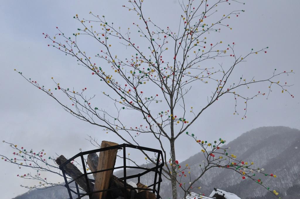 木の枝に団子を刺した「日本一の団子刺し」です。